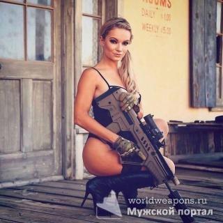 Красивая, сексуальная девушка с оружием. Огонь!