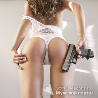 Сексуальная девушка с оружием, пистолет, попа, белые трусики. Огонь!