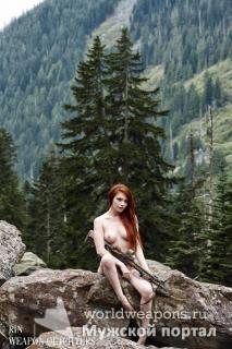 Коасивая, голая девушка с оружием, автомат, в лесу.