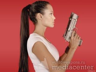 Angelina Jolie - красивые дувушки с оружием. Анджелина Джоли с пистолетом.