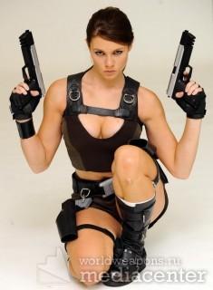 Девушки с оружием. Два пистолета.